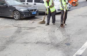 碾压前对新旧交接处旧路面进行清扫