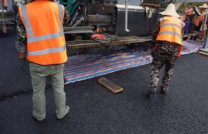面层施工采用垫彩条布方便接缝处理